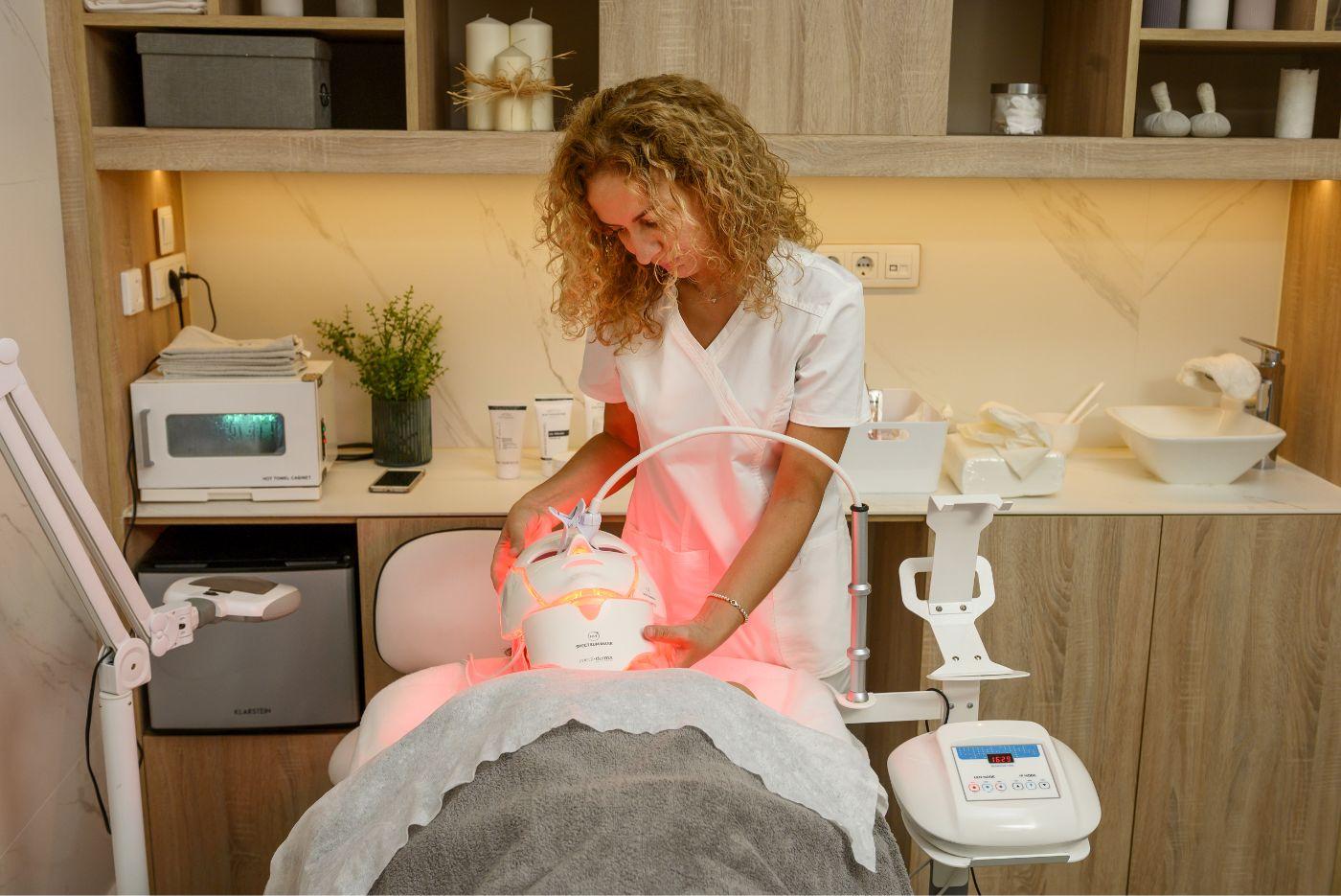 aplicación de fototerapia led con luz roja