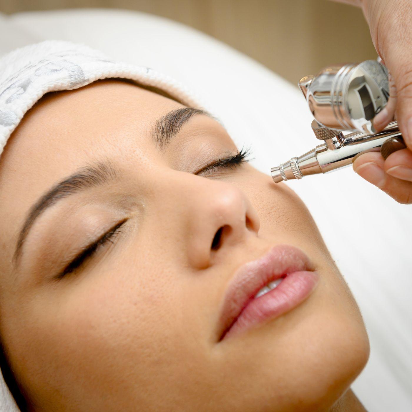 paciente recibiendo tratamiento de oxigenoterapia facial