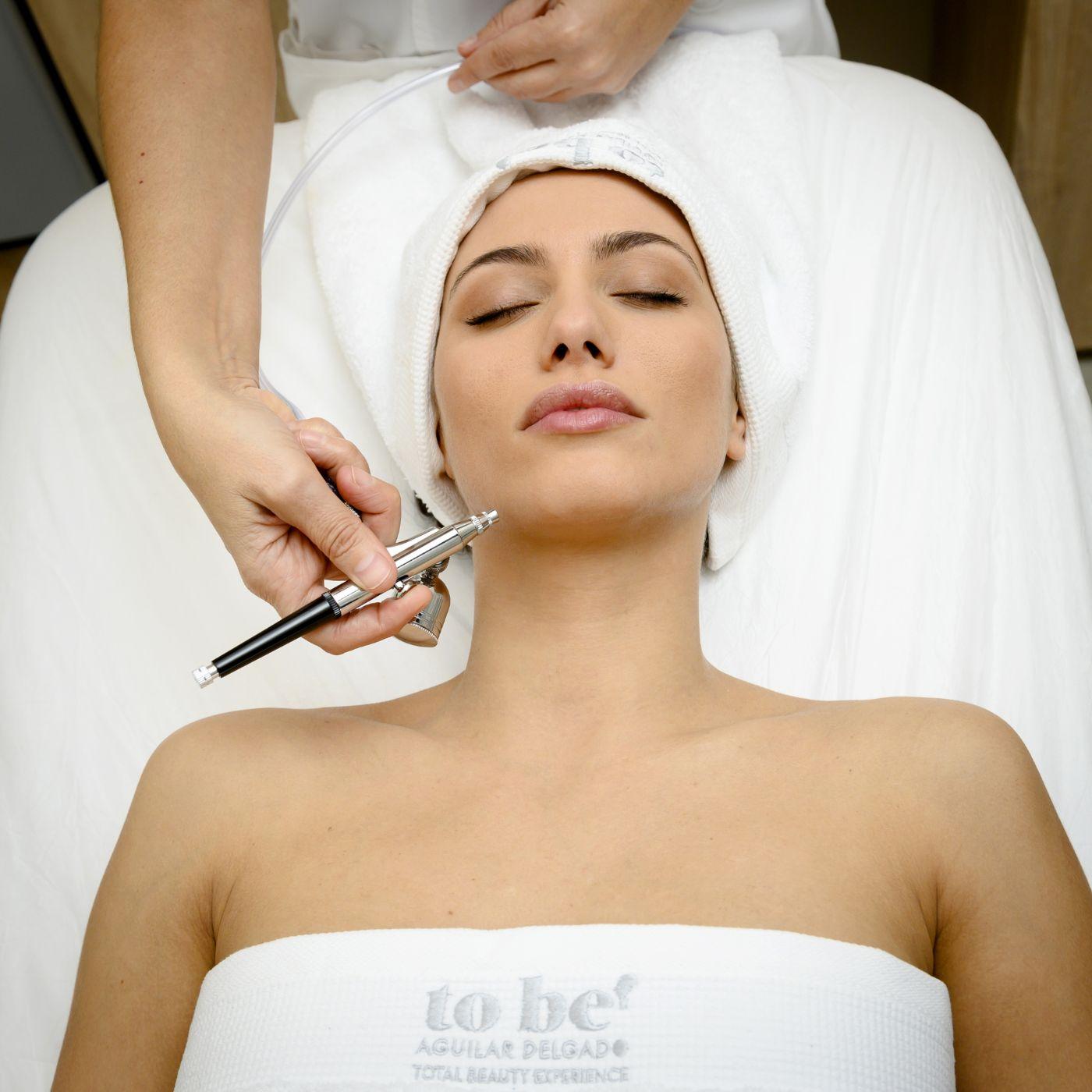 paciente recibiendo tratamiento de oxigenación facial
