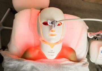 paciente con máscara de fototerapia led con luz roja